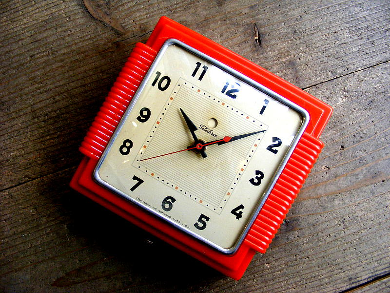 1950年アメリカのビンテージクロックのゼネラル・エレクトリック・キッチン・クロック・・2H15S・角型・赤(電池式・スイープ・クォーツ改造)が仕上がりました。