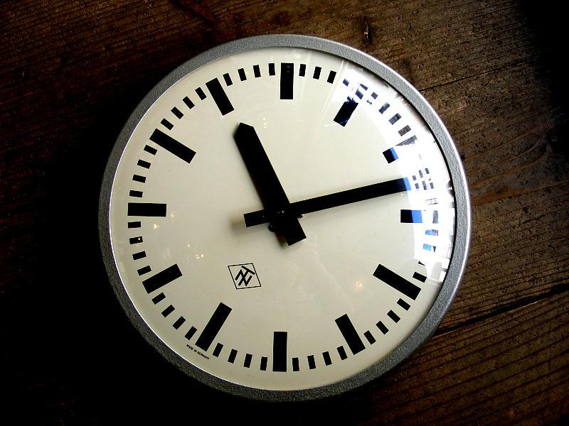 1970年代ドイツのヴィンテージウォールクロックのTN(Telefonbau & Normalzeit)・テレフォンバウ・ウント・ノーマルツァイト・インダストリアル・クロック・鉄道時計(電池式・クォーツ改造)が仕上がりました。