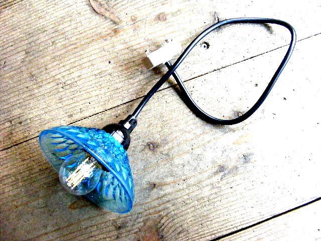 昭和40年代頃のアンティーク・ブルー・プレスガラス・器・ランプシェード(LEDフィラメント電球)が仕上がりました。