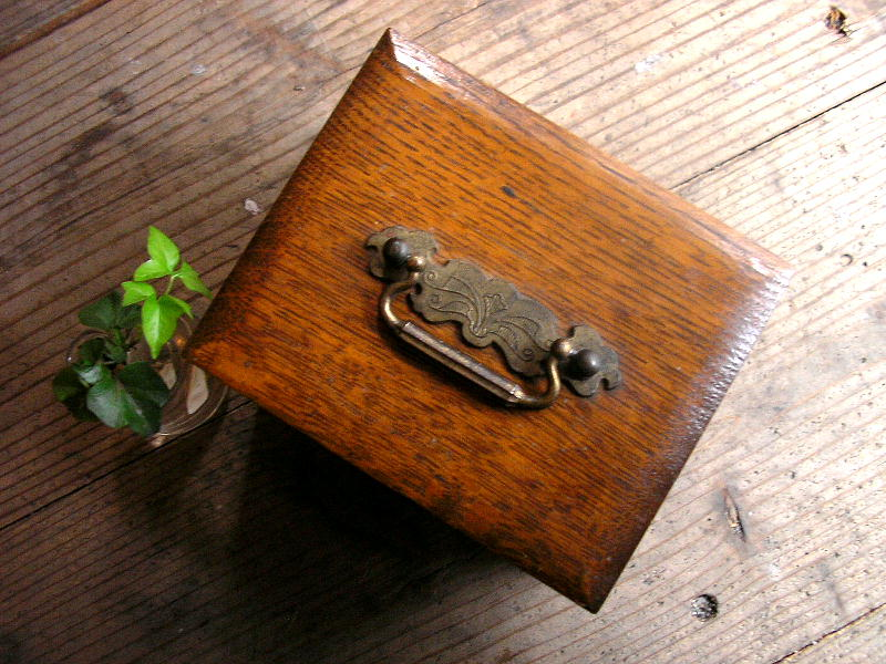 大正頃の渦状電流浸熱治療法の木箱                                    [11E21]