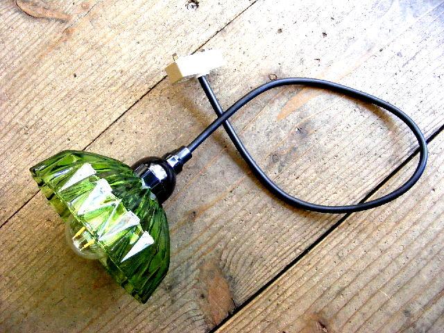 昭和40年代頃のアンティーク照明のグリーン・プレスガラス・器・ランプシェード(LEDフィラメント電球)が仕上がりました。